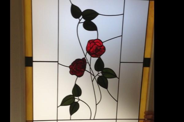 Tiffany ablak rózsamitás
